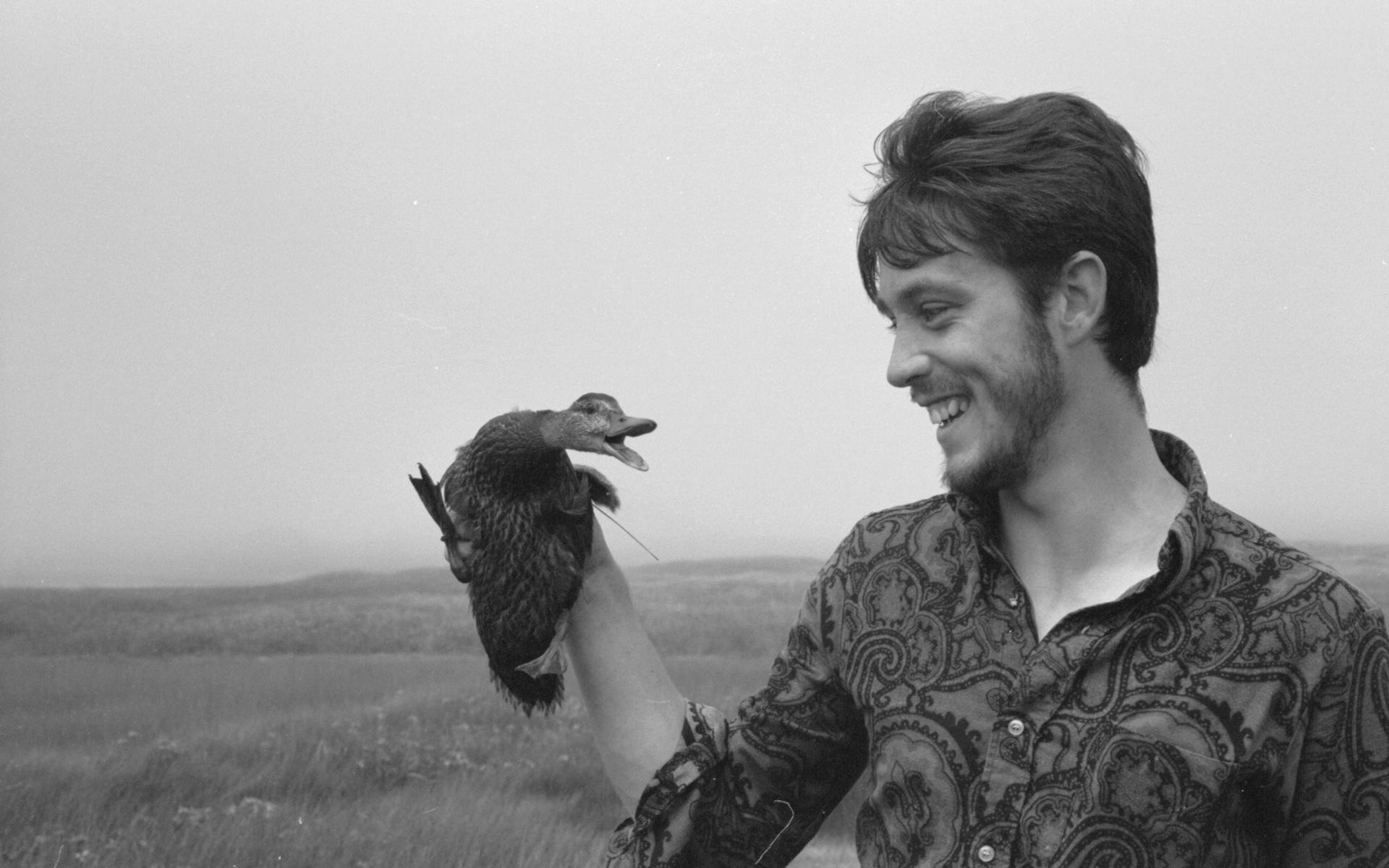Pierre Norris de la station météorologue replace un caneton sauvage sur le nid.